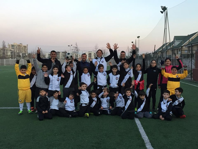 Vergara ao lado de alunos da Escola Internacional de Futebol Vasco da Gama