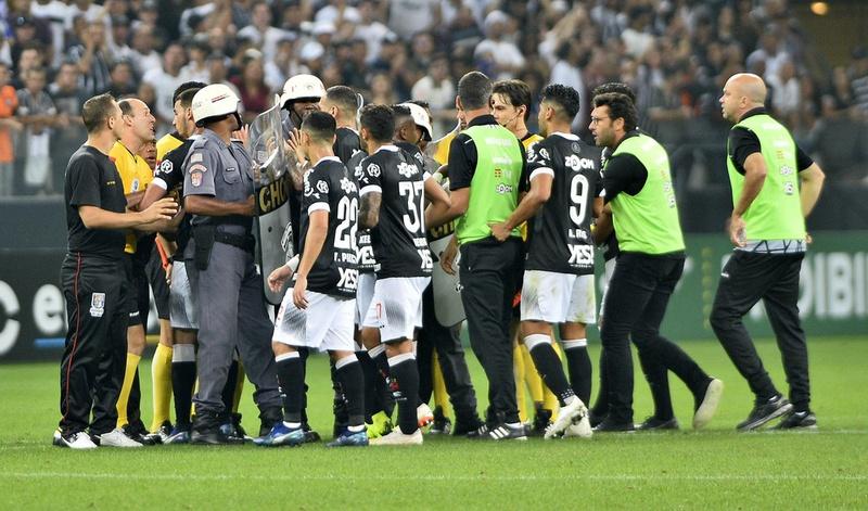 Alberto Valentim foi expulso no intervalo do jogo