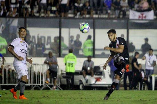 Andrey tenta lançamento em Vasco 1 x 2 Botafogo, em junho. Autor do gol cruz-maltino
