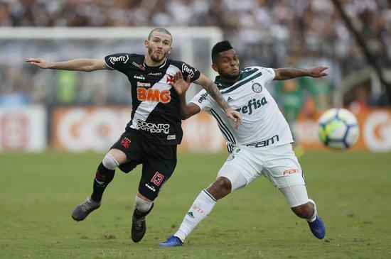 Luiz Gustavo em ação contra o Palmeiras