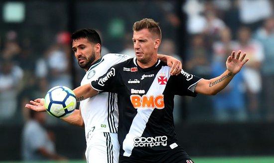 Maxi López em ação contra o Palmeiras