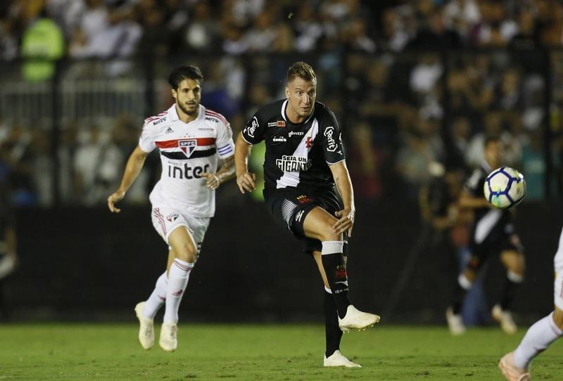 Maxi López em ação contra o São Paulo na Colina