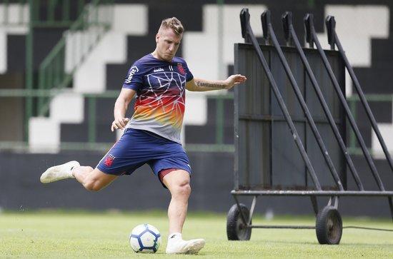Maxi López treinando finalização antes do desafio no Sul