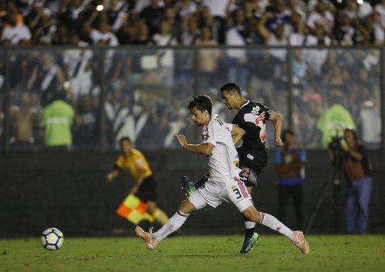Pikachu chuta cruzado para marcar diante do São Paulo