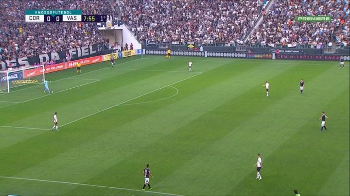 Subida de pressão do Corinthians no tiro de meta vascaino