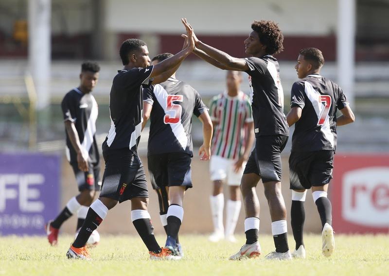 Talles comemora o primeiro gol do Vasco na partida