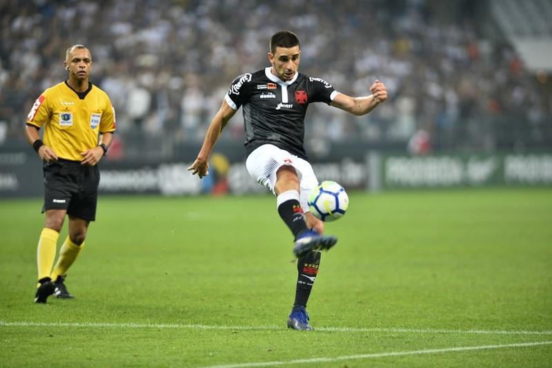 Thiago Galhardo toca bola