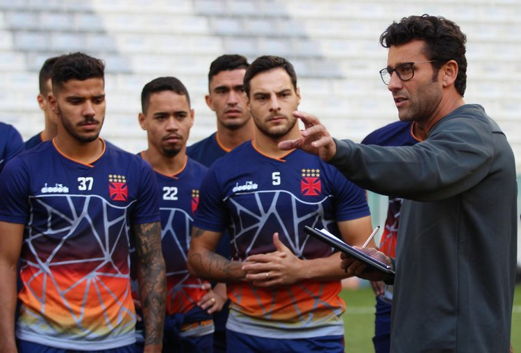 Alberto Valentim conversa com os jogadores do elenco do Vasco