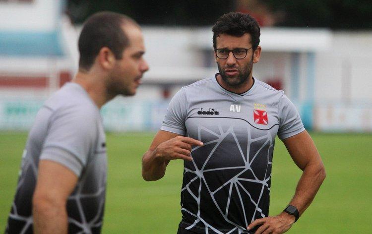 Alberto Valentim no treino do Vasco em Fortaleza, antes do jogo contra o Ceará
