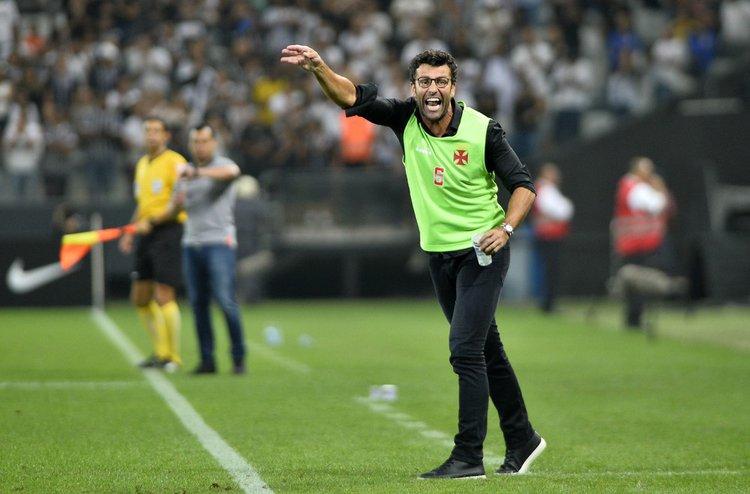 Alberto Valentim orienta jogadores em partida pelo Campeonato Brasileiro