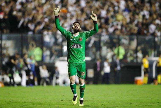 Fernando Miguel comemora defesa contra o São Paulo