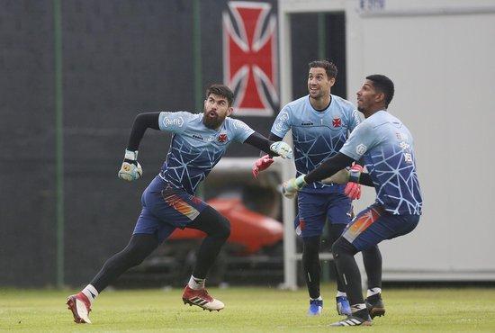 Fernando Miguel, Martin Silva e João Pedro em treinamento do Vasco