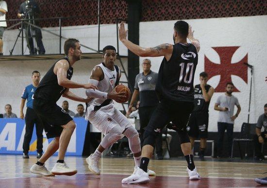 Gemerson encara a marcação do Botafogo