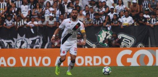 Leandro Castan em ação pelo Vasco; clube trabalha para manter o jogador