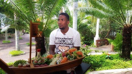 Thalles e um barco de comida japonesa: atacante passa férias no Brasil após passagem pelo Albirex Ni