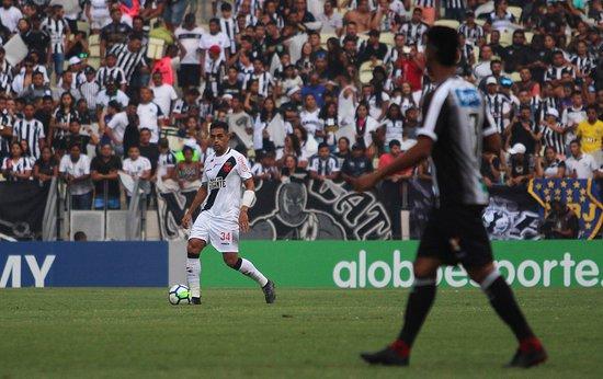 Werley, do Vasco, com a bola no duelo com o Ceará