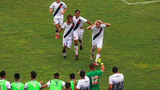 Caio Lopes põe a mão na cabeça para comemorar gol pelo Vasco
