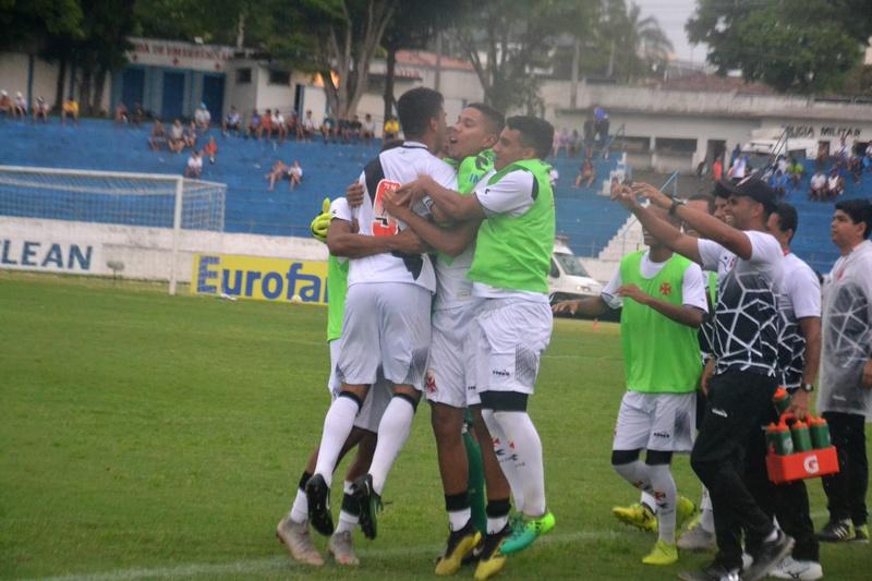 ... Jogadores comemoram um dos gols da vitória sobre o Carajás com a  comissão técnica ba8548d5f453b