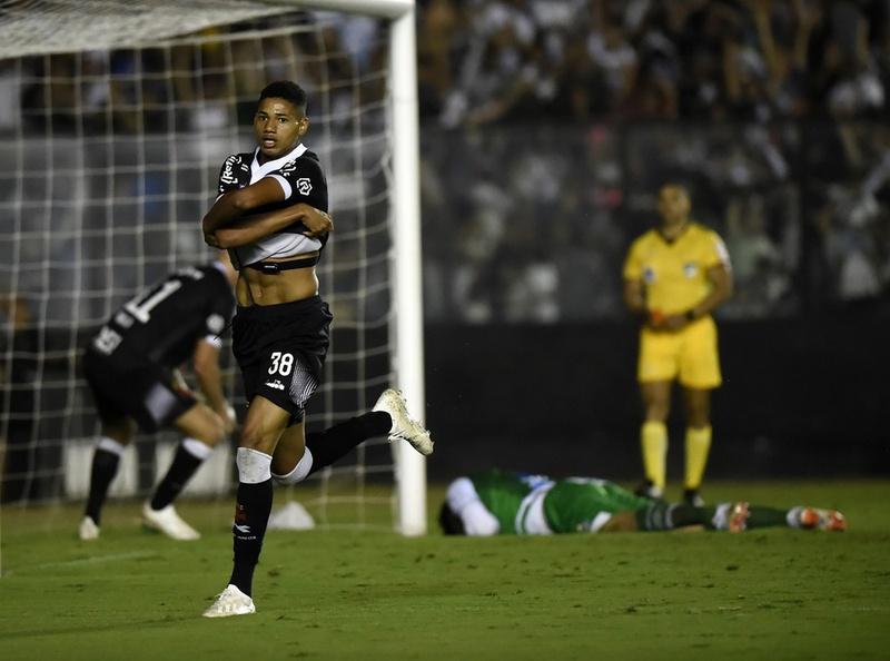 Marrony comemora seu gol sobre o Bahia