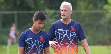 Maxi López dá conselhos ao jovem volante Rodrigo, de apenas 19 anos
