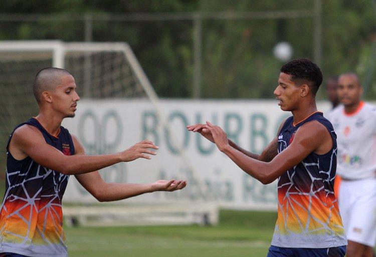 Rodrigo e Marrony festejam o terceiro gol do Gigante da Colina