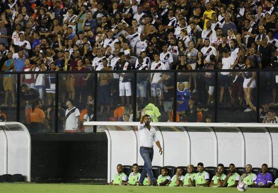 Valentim orienta o time durante a partida com o Volta Redonda