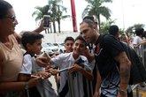 Bruno César recebe o carinho da torcida em Vitória (Foto: Carlos Gregório Jr/Vasco.com.br)