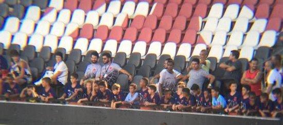Crianças do futsal do Vasco acompanham treino do elenco profissional