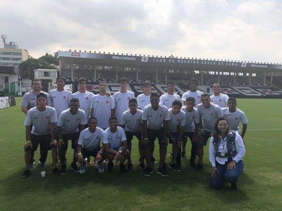 Jogadores posam para foto com o supervisor Fábio Fernandes e a guia