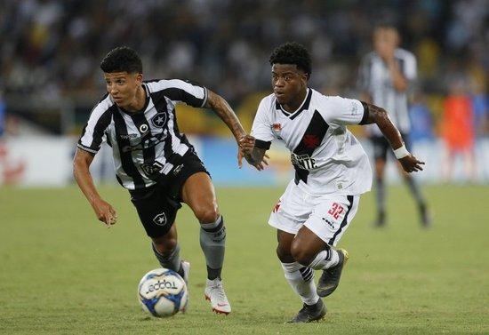 Lucas Santos durante o clássico contra o Botafogo
