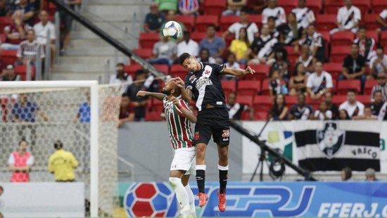 Marrony disputando a bola alta com Bruno César, do Fluminense