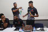 Marrony recebe bolo dos companheiros (Foto: Rafael Ribeiro/Vasco.com.br)