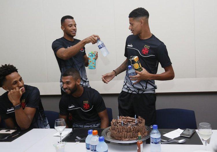 Marrony recebe bolo dos companheiros