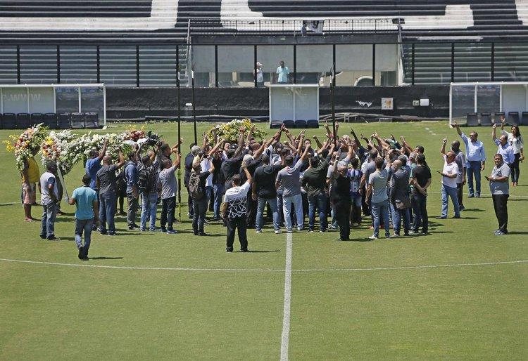 Amigos, torcedores e familiares fizeram a última homenagem para Eurico no gramado