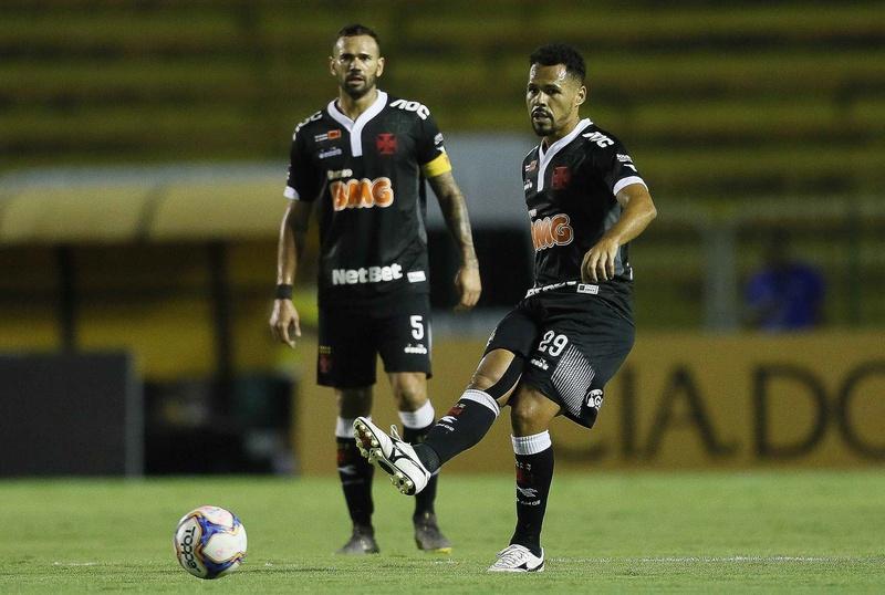 Bruno Silva em ação contra o Resende