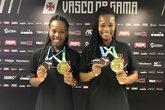 Camila e Juliana posaram com as medalhas em São Januário (Foto: Matheus Babo)