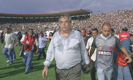 Eurico Miranda anda pelo gramado para ver a situação dos torcedores feridos após a queda do alambrad