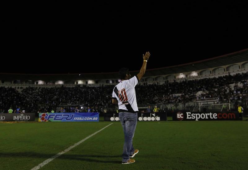 Jorginho acena para a torcida do Vasco em São Januário