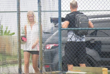 Maxi López e Daniela chegam juntos ao treino do Vasco