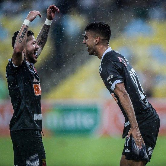 Rossi e Tiago Reis comemoram gol do Vasco sobre Bangu