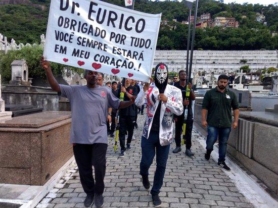 Torcedores e funcionários prestam homenagens a Eurico