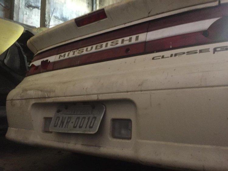 A placa na traseira do carro com as consoantes e o número da camisa de Dener