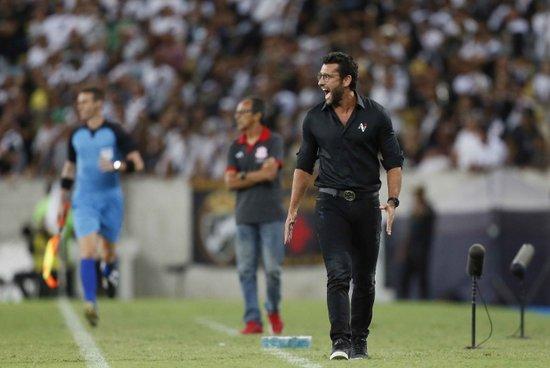 Alberto Valentim vem sendo vaiado pela torcida do Vasco apesar de boa campanha no Carioca