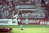 Dener deixa o goleiro para trás em vitória do Vasco sobre o Volta Redonda (Foto: Reprodução/Internet)