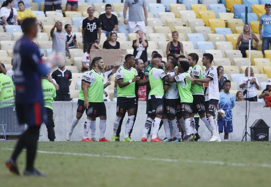 Elenco comemora segundo gol contra o Bangu