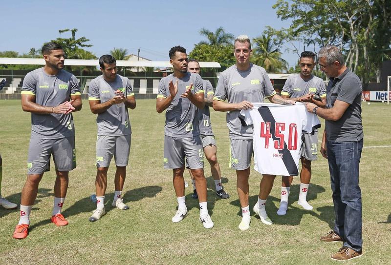 Maxi é aplaudido pelo grupo após receber camisa personalizada das mãos do presidente Alexandre Campe