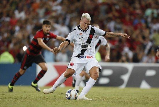 Maxi López marcou pela última vez no clássico contra o Flamengo