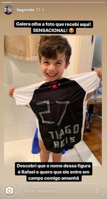 Torcedor improvisa camisa do Tiago Reis