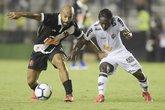 Fellipe Bastos disputa bola com Chará (Foto: André Durão/GE)