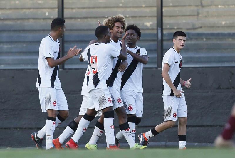 MT sorrir com seus companheiros após marcar primeiro gol com a camisa do Vasco